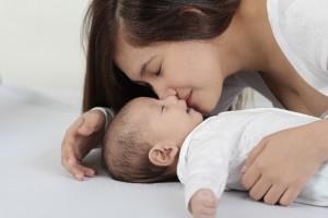 生まれたて赤ちゃんにキッス